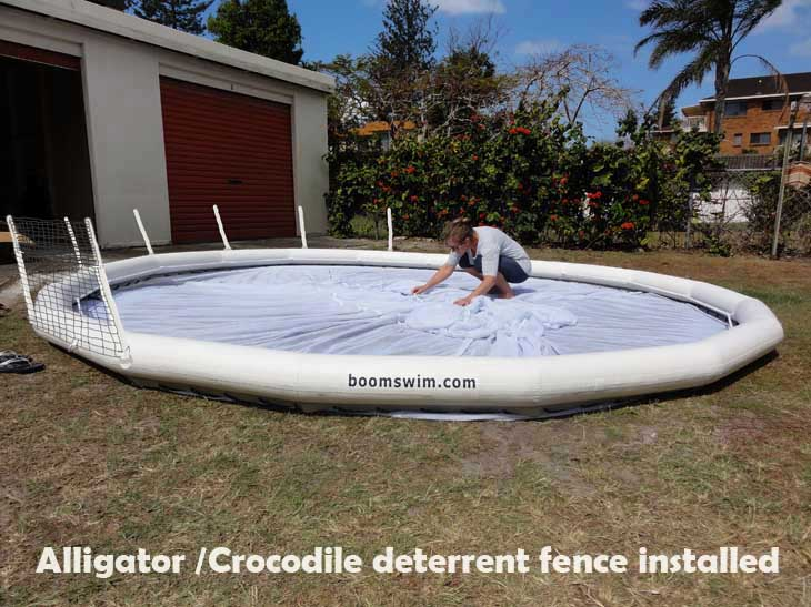 Anti-crocodile or alligator fence
